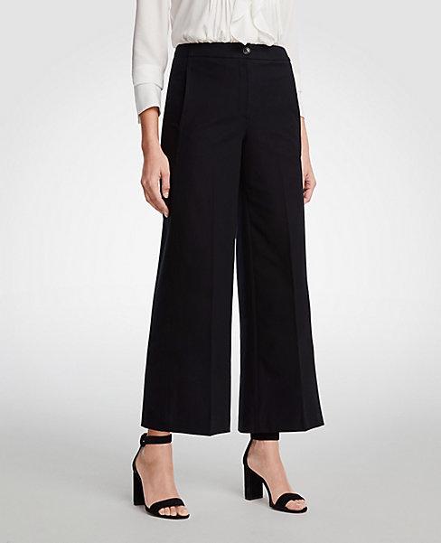 Pantalón de corte clásico actualizado con la silueta del momento: de pierna ancha y cropped. Ann Taylor