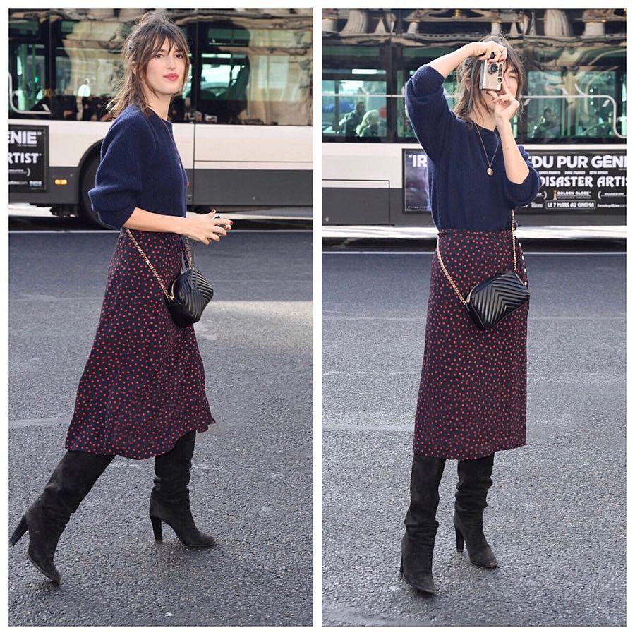 Con falda fluida y botas altas | With flowing skirt and high boots