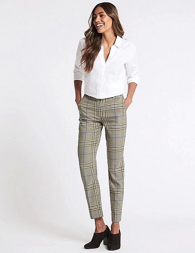 Pantalón slim tobillero de cuadros. Póntelo con sneakers para darle un toque más informal. Marks & Spencer