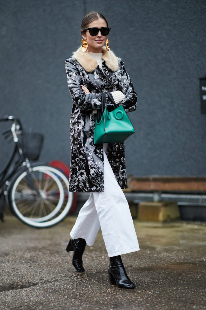 How to wear white jeans, with coat, booties and colour pop bag - La Selectiva