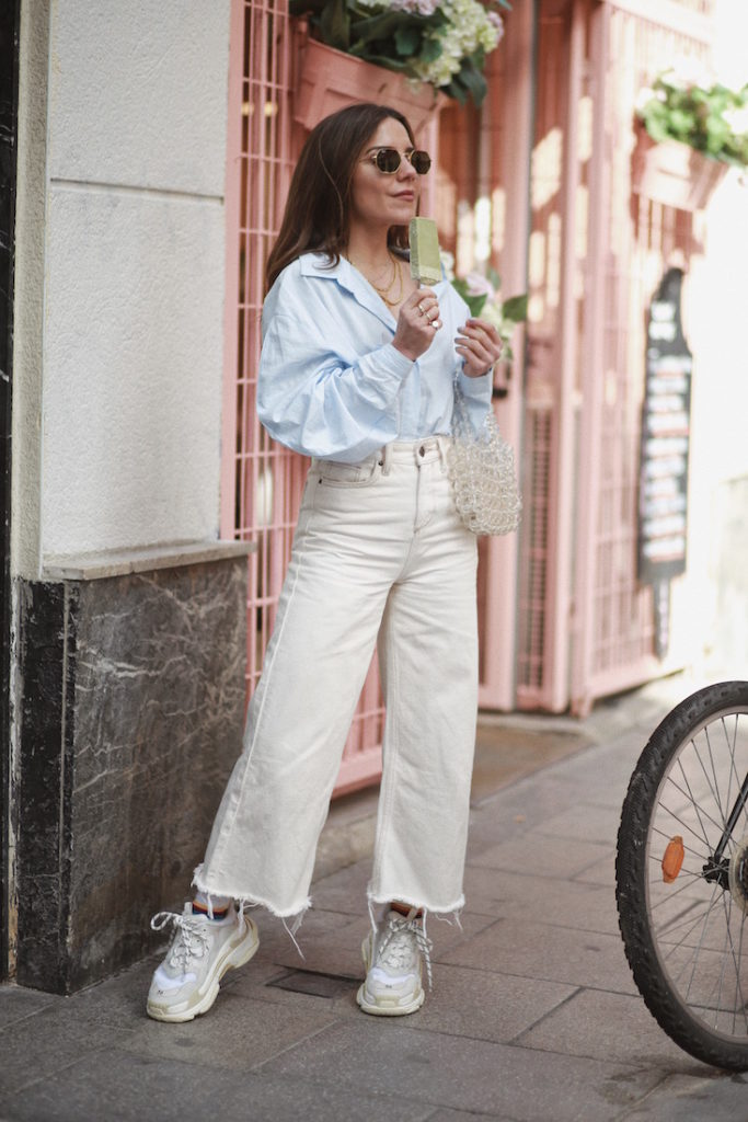 How to wear white jeans, cropped jeans with ugly sneakers - La Selectiva