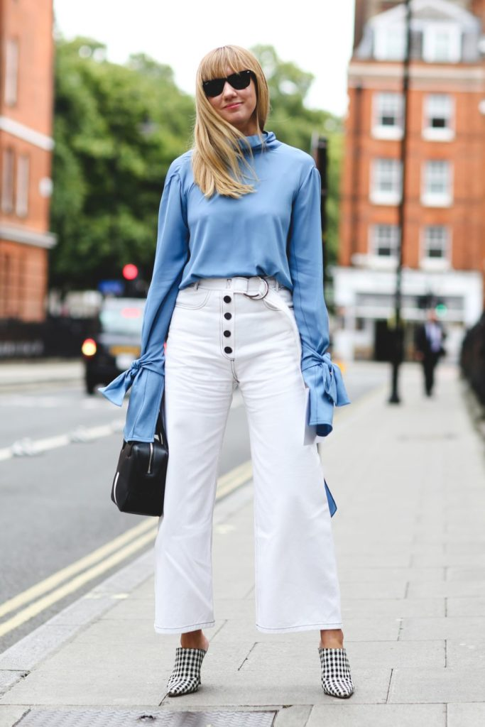 How to wear white jeans, cropped jeans with trendy blouse and mules - La Selectiva